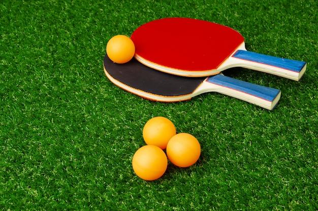 Raquettes de ping-pong et balle sur l'herbe