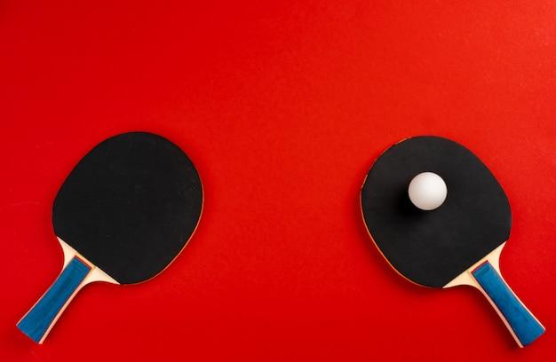 Raquettes de ping-pong noir sur fond rouge