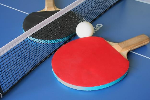 Raquettes et table de ping-pong