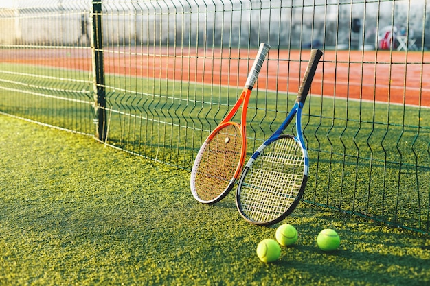 Raquettes de tennis sur l'herbe