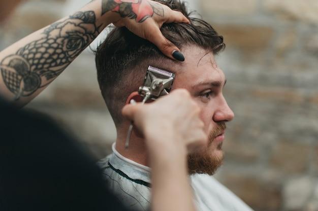 Rasoirs dangereux dans le salon de coiffure