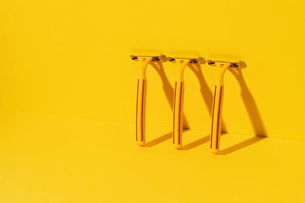 Rasoirs jetables sur fond jaune, tourné en studio