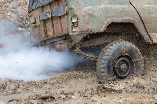 Rassemblement sur les suv russes dans la boue en hiver véhicule tout-terrain piégé sorti de la rivière