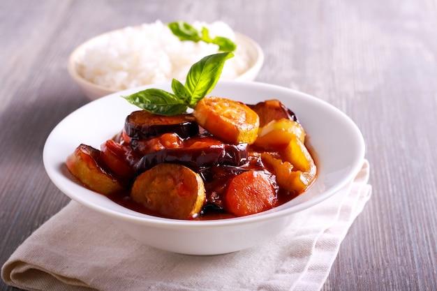 Ratatouille - aubergines, courgettes, poivrons et carottes en sauce