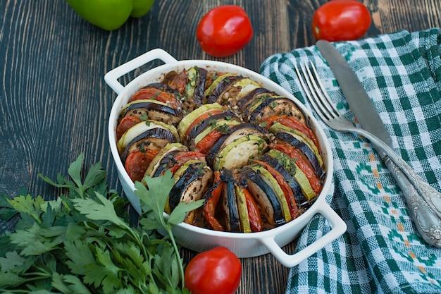 La ratatouille est un plat de légumes traditionnel français cuit au four.