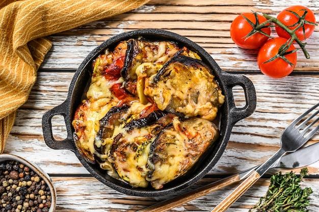 Ratatouille de légumes cuite dans un plat en fonte