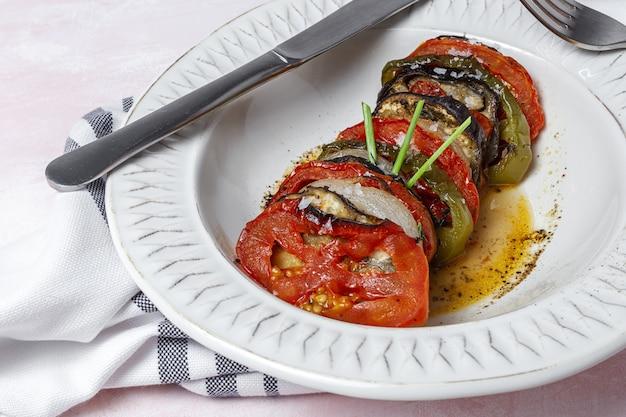 Ratatouille maison. ragoût traditionnel français de légumes d'été