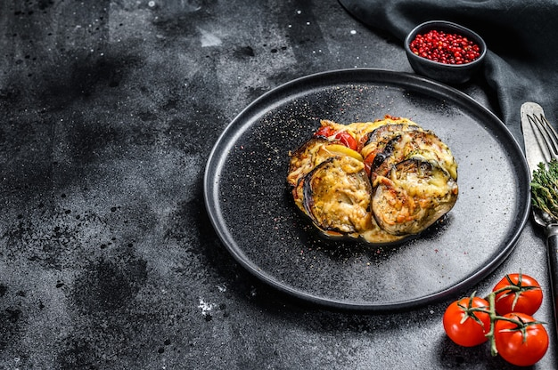 Ratatouille, plat de légumes maison sur une assiette. la nourriture végétarienne. vue de dessus. copiez l'espace.