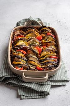 Ratatouille plat traditionnel français de légumes d'été cuits au four