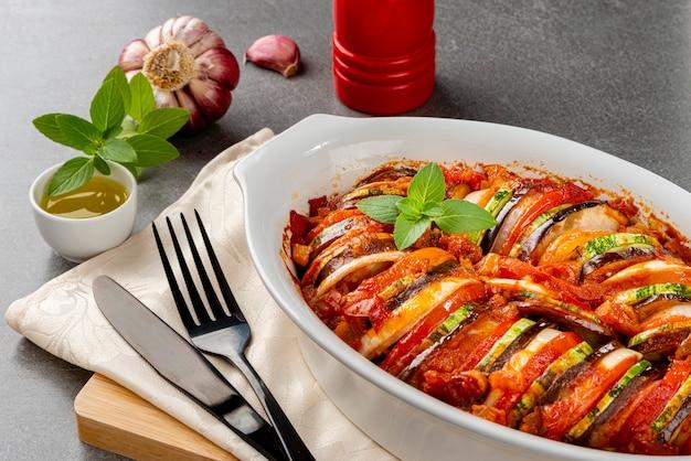 Ratatouille. ragoût français traditionnel de légumes d'été. casserole de ratatouille.