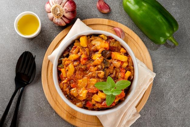 Ratatouille. ragoût français traditionnel de légumes d'été. ratatouille traditionnelle. vue de dessus.