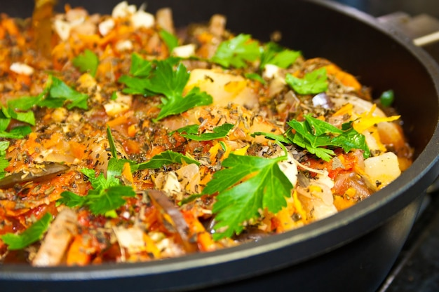 Ratatouille, ragoût de légumes chaud dans une poêle