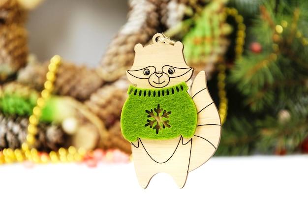 Raton laveur jouet du nouvel an sur fond thématique
