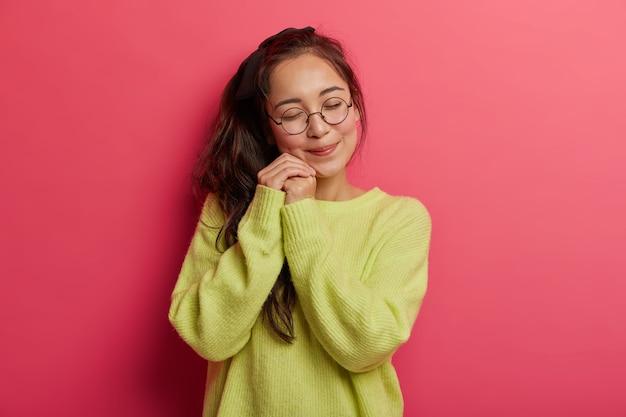 Ravi heureux jeune femme asiatique avec queue de cheval sombre