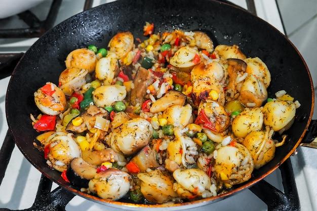 Ravioli aux aubergines, riz et délicieux légumes frais mijotés