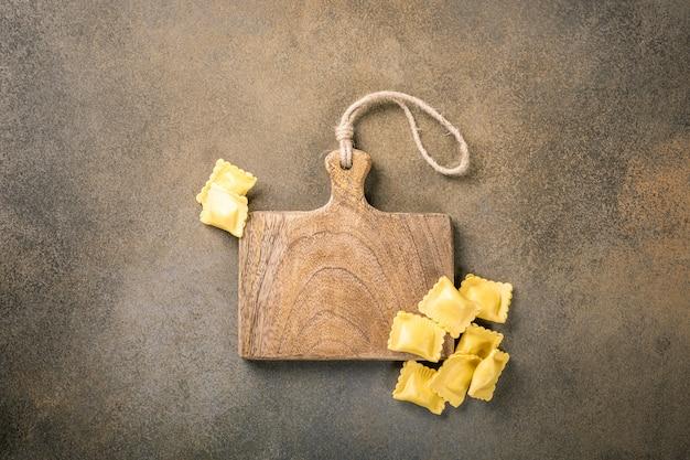 Ravioli de pâtes carrées fourrées maison fraîches