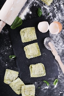 Raviolis faits à la main avec des feuilles de basilic