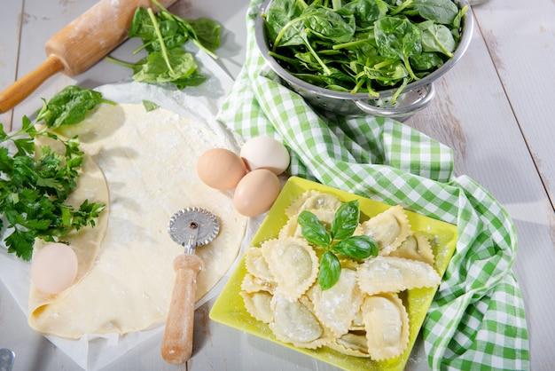 Raviolis italiens traditionnels fourrés aux épinards