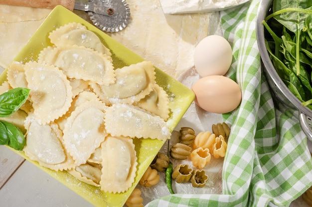 Raviolis italiens traditionnels fourrés à la ricotta et aux épinards
