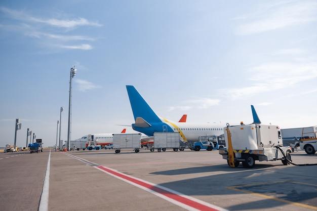 Ravitaillement de l'avion avant le vol. carburant d'entretien d'aéronefs à l'extérieur de l'aéroport. avion, expédition, concept de transport