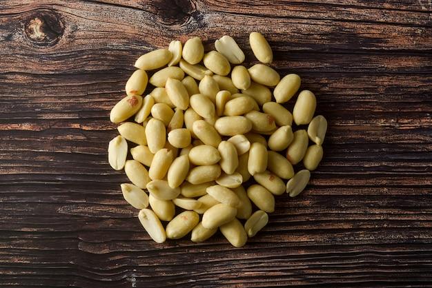 Raws cacahuète sur table en bois, vue de dessus.