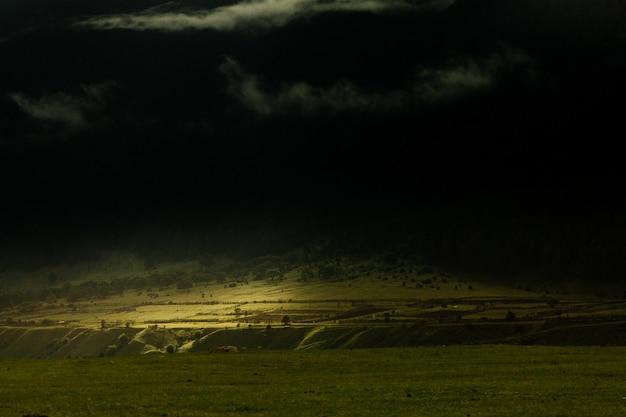 Rayon de soleil dans les montagnes. lumière brillante. beau paysage de pente de montagne