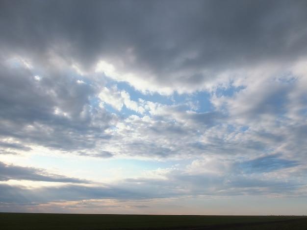 Rayon de soleil derrière les nuages et le ciel bleu