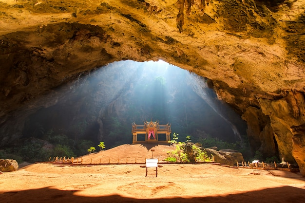 Rayon de soleil du matin sur le pavillon d'or bouddhiste dans une grotte sauvage, sam roi yot, thaïlande