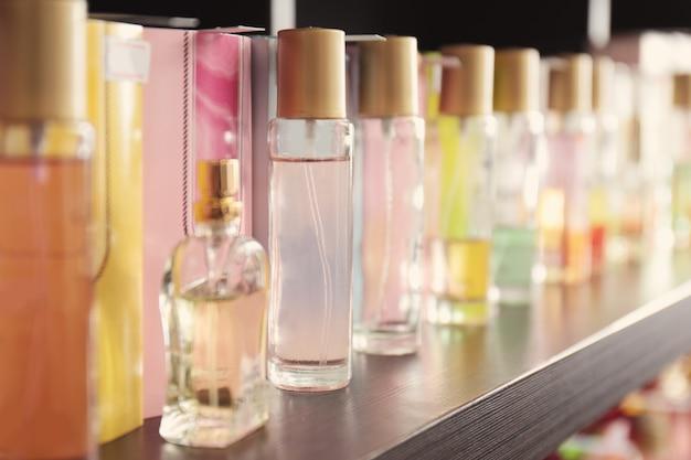 Rayonnage avec différents parfums dans une boutique moderne