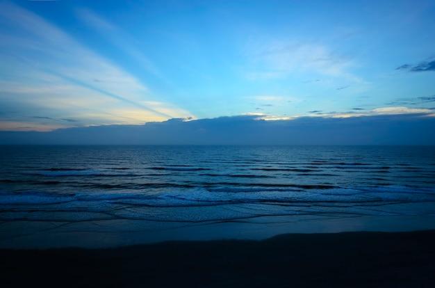 Rayons crépusculaires sur daytona beach shores florida
