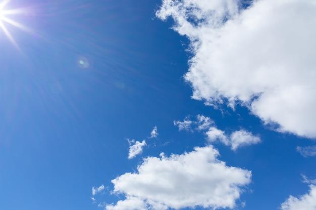Les rayons du soleil sur le ciel bleu avec des cumulus.