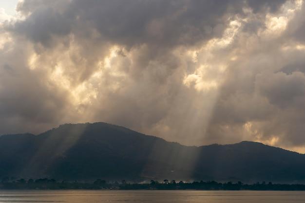 Les rayons du soleil à travers les nuages à l'aube, l'île de koh samui, thaïlande