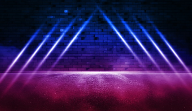 Rayons la lumière au néon sur le mur de briques au néon avec de l'asphalte humide