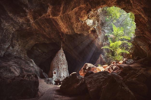 Rayons lumineux à l'intérieur de la grotte de sadan près de hpa-an au myanmar