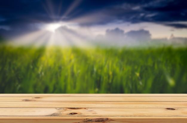 Rayons de soleil sur fond vert de rizière avec affichage de produits de table en bois