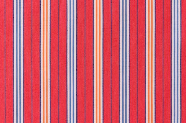 Rayures bleues et orange sur fond rouge