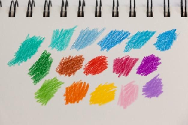 Rayures colorées dessinées à la main sur carnet de notes