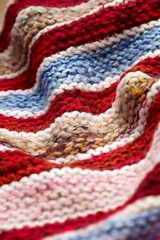 Rayures de couleurs différentes sur la surface du tricot