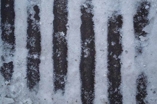 Des rayures de fer apparaissent à travers la neige