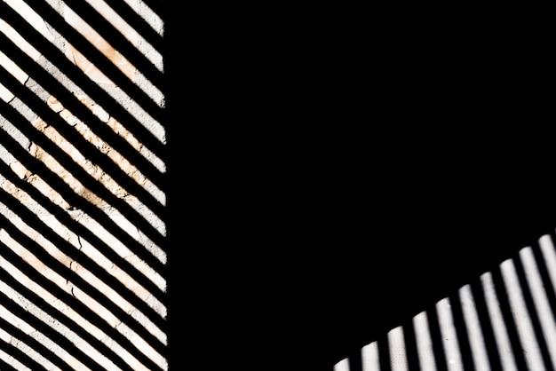 Rayures et lignes blanches sur fond noir avec texture de pierre, espace copie.
