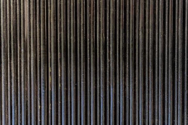 Rayures verticales de mur en acier abstrait