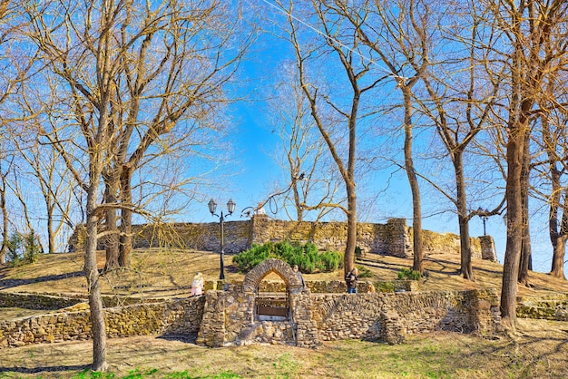 Rbastion hill bastejkalna se gare près du monument de la liberté à riga lettonie