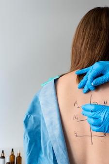 Réaction d'allergie cutanée sur le dos de la personne