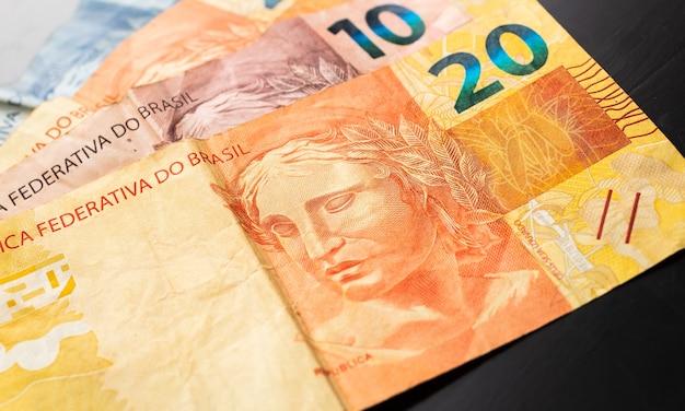Real brl brésil billets d'argent en photographie close up avec fond noir