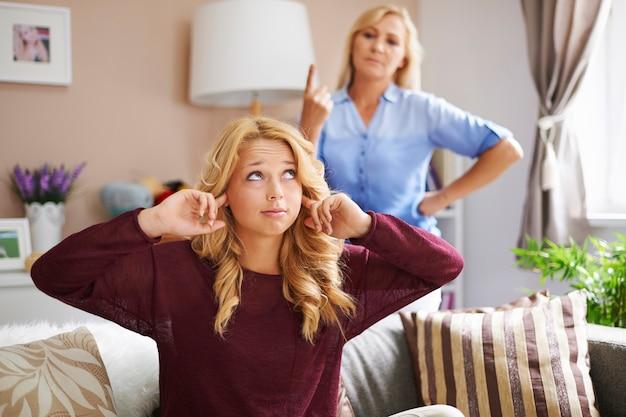 Rébellion d'une adolescente blonde