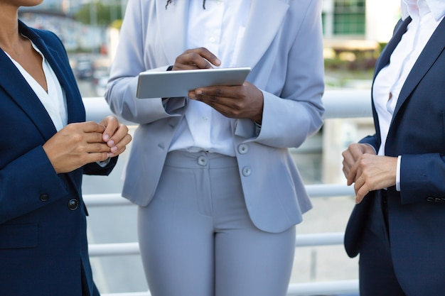 Recadrage de femmes d'affaires avec une tablette