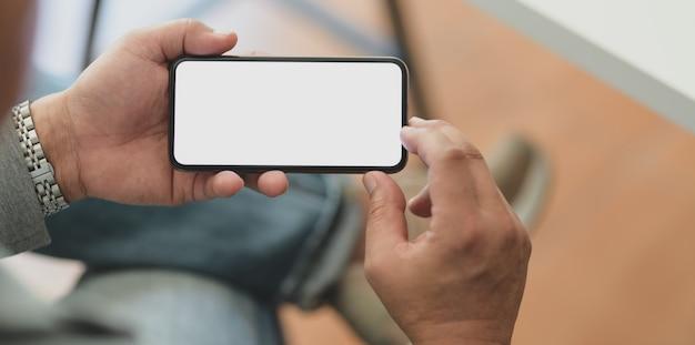 Recadré coup d'homme d'affaires professionnel tenant un smartphone écran blanc horizontal