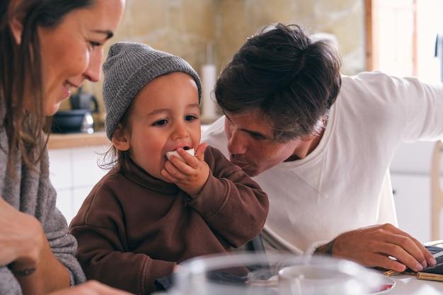 Recadrer le contenu des parents parlant à leur petite fille à la maison