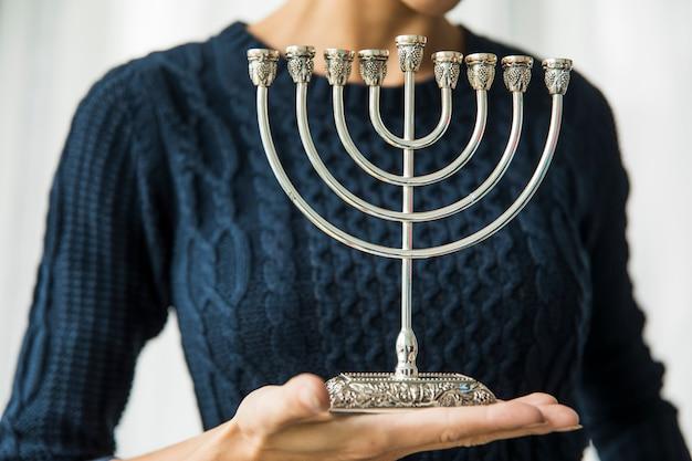 Recadrer femme avec menorah