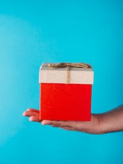 Recadrer la main avec boîte-cadeau